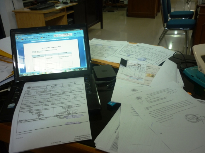 19_messy office desk